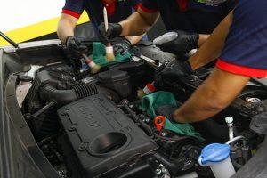 Có nên rửa khoang máy xe ô tô