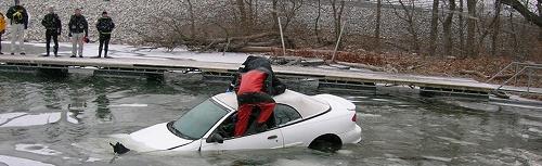 thoát hiểm khi ô tô bị chìm