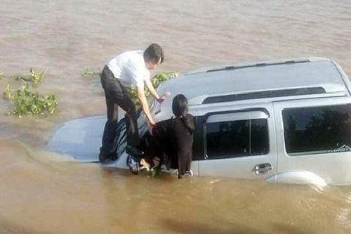 Thoát hiểm ô tô bị lao xuống nước