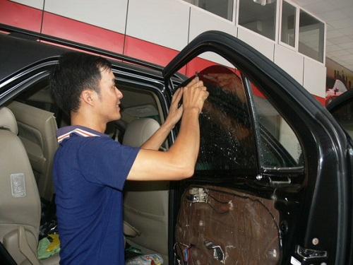 nhân viên thay kính xe ô tô con