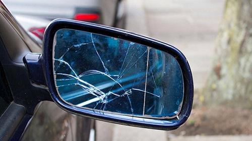 Gương ô tô bị nứt