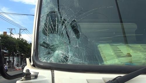 xe ô tô tải bị nứt kính
