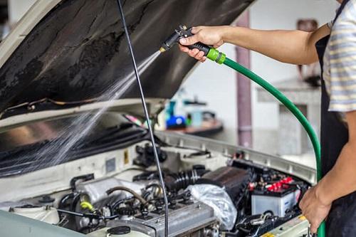 Che mối điện khi rửa bộ phận khoang xe