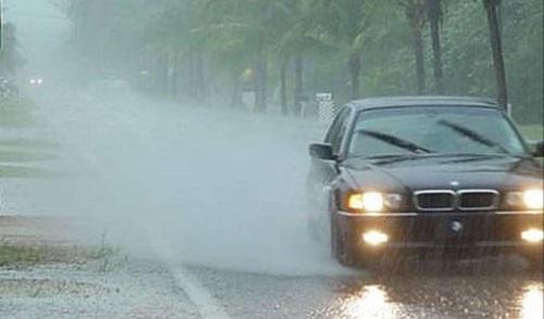 xe đi trong thời tiết xấu