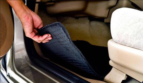 Lấy thảm để chân ra ngoài xe